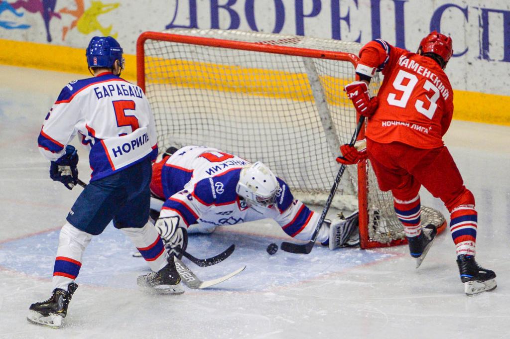 Легенды хоккея сыграли за Полярным кругом